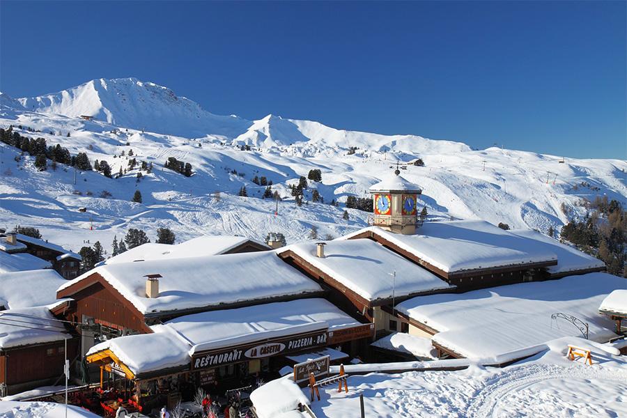 Montañas nevadas en una estación de esquí