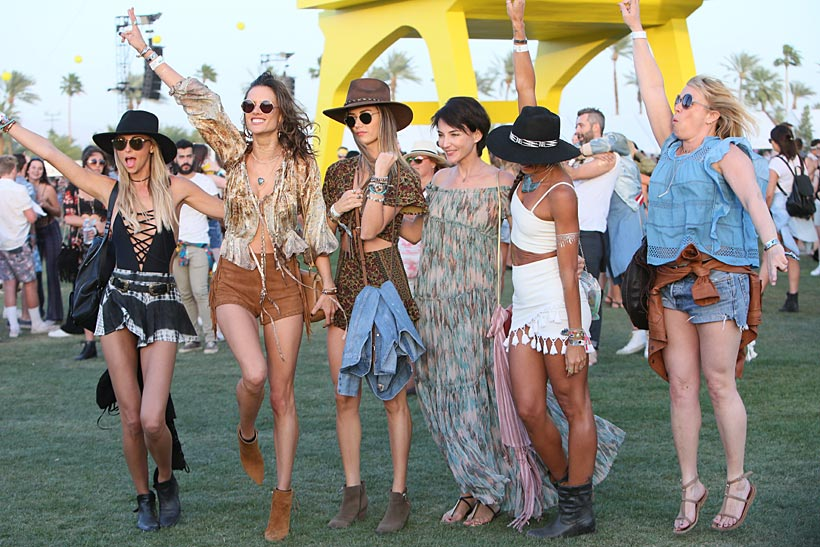 Varias modelos posan en el festival de Coachella ataviadas con las gafas de sol de última tendencia