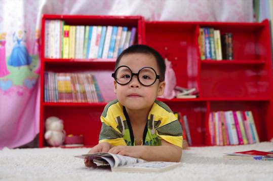 Niño con gafas de ver en la escuela